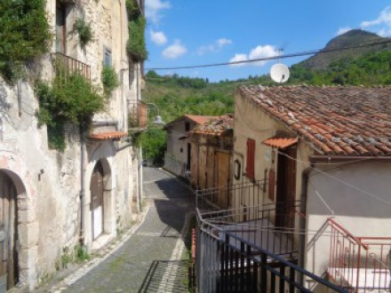 Independent solution for sale in Pietravairano, on 2 levels, good state, furnished