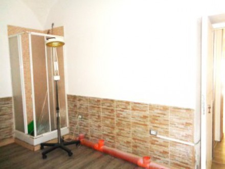 Rental shop in Volla center, commercial place for rent, renovated, street-front window
